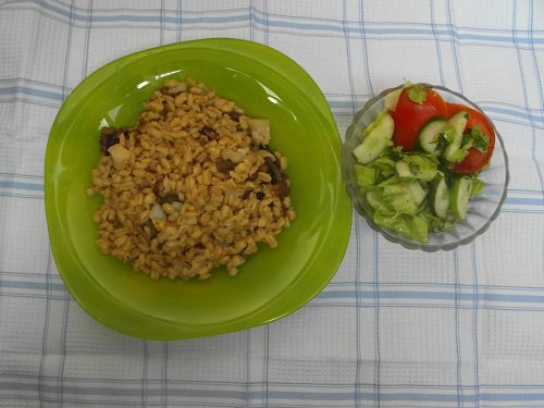 perlovaja kasha s gribami i salatom